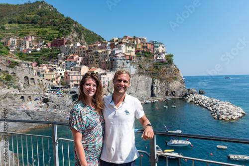 Portrait beau jeune couple heureux caucasian blond brune au yeux bleu en soit sé Wallpaper Mural