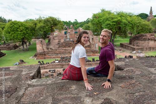 Portrait beau jeune couple heureux caucasian blond brune au yeux bleu confiance Wallpaper Mural