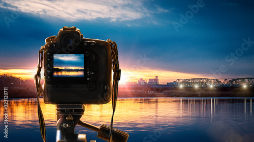 デジタルカメラで風景写真を撮影しているイメージビジュアル