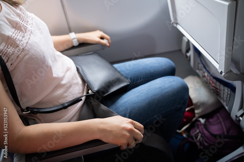 Photo Nervous Woman Holding Armrests Tight