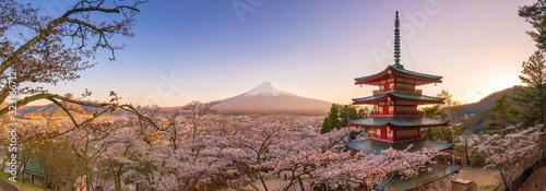 Fotografia Mountain Fuji and Chureito pagoda with cherry blossom