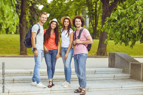 Foto Group of people smiling on a city street in summer.