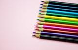 Fototapeta Tęcza - Zestaw kolorowych kredek na jednolitym tle