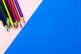 Fototapeta Tęcza - Kolorowe kredki na różowo niebieskim tle