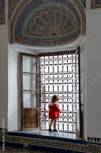 dziewczynka w oknie pałac Marrakech - fototapety na wymiar