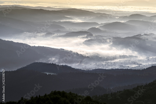 Góry Gorce przed świtem. nocne mgły