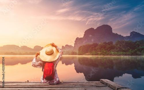 Fotografía Traveler woman joy looking beautiful sunrise view reflection nature mountain lan