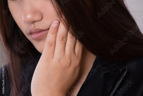 Close-up asian woman with suffering from toothache, tooth decay or sensitivity Fototapet