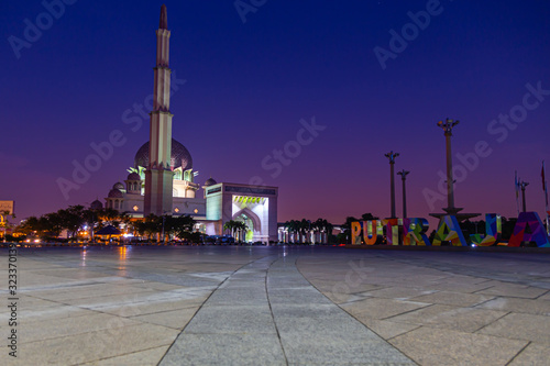 Photo Putra Mosque or Masjid Putra, principal mosque of Putrajaya Wilaya, Malaysia, in the early morning for sunrise