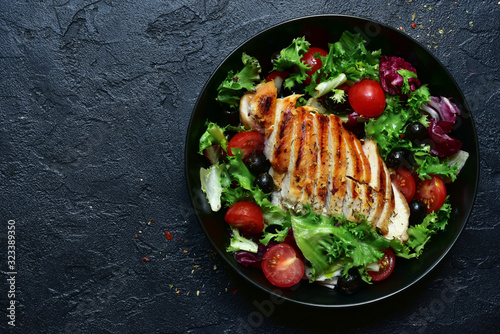 Fotografija Grilled chicken fillet with vegetable salad