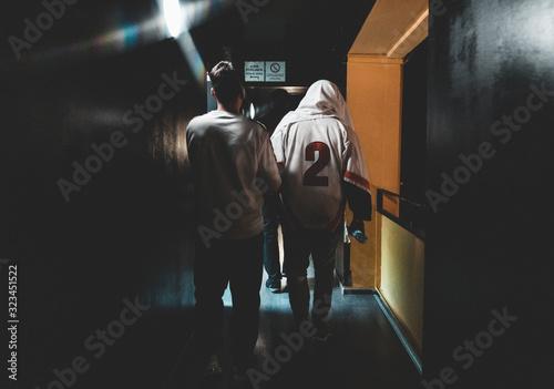 Canvastavla Deux hommes marchant dans un couloir avant un concert
