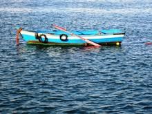 Un Petit Bateau De Pêche Traditionnelle Dans Un Lac