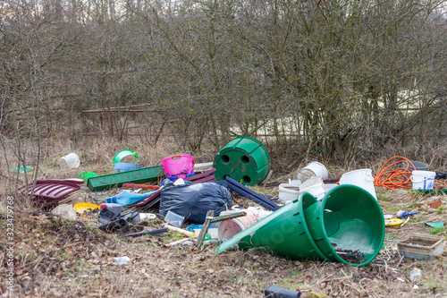 Photo Müll in der Natur entsorgt garbage illegally disposed of in nature
