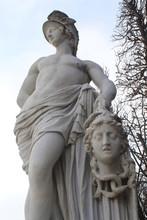 Statua In Marmo Nel Parco In I...
