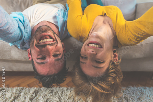 Photo Young couple spending time together at home