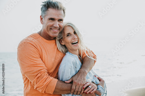 Carta da parati happy senior couple spending time at the beach