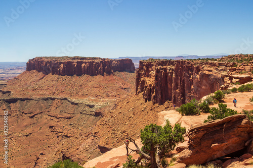 Photo People enjoy hiking and exploring the wingate and Navajo sandstone cliffs and rock formations in Canyonlands National Park