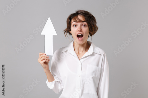 Fotografia, Obraz Shocked young business woman in white shirt posing isolated on grey wall background studio portrait