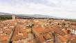 italienische kleinstadt, von corona betroffen. Häuser und dächer mit roten ziegeln