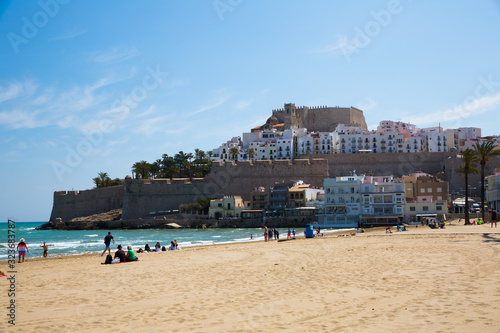 Photographie View of Peniscola buildings with beachside at sunny day, Spain