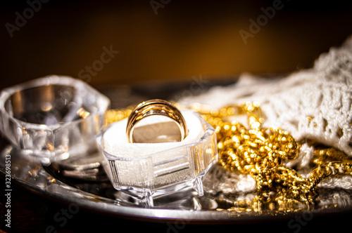 Fényképezés anillos y cadena de bodas con fondo desenfocado