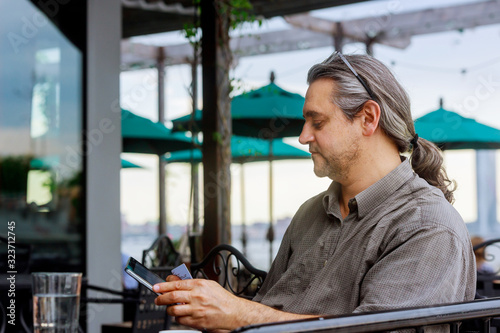 Photo Online payment, hand using digital tablet on worktable hands holding credit card