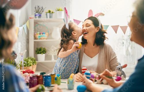 Cuadros en Lienzo family preparing for Easter