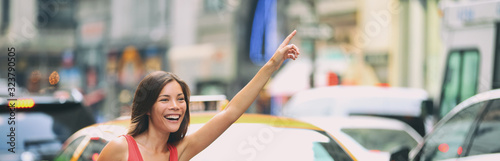 Fotomural Hailing a taxi cab ride in New York City header