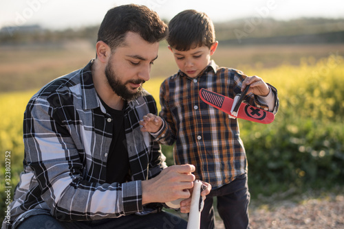 Valokuva Father and son repairing airplane toy