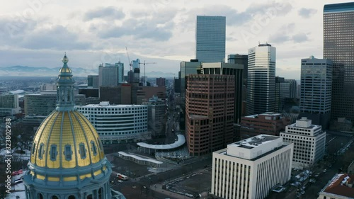 Fotografia 4k Aerial drone footage - Colorado State Capitol Building & the Skyline of the City of Denver Colorado at Sunset