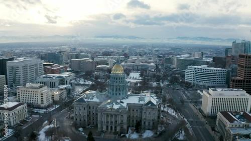 Carta da parati 4k Aerial drone footage - Colorado State Capitol Building & the Skyline of the City of Denver Colorado at Sunset