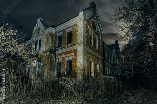Photo Dark and creepy old abandoned haunted mansion at night
