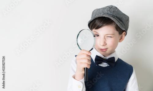 Fotografiet 虫眼鏡を持つ子供