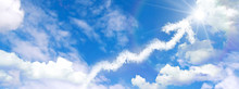 青空に浮かぶ上昇する矢印の雲