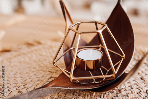 Photo A small water candle in a metal candlestick of a geometric shape a polygon on a