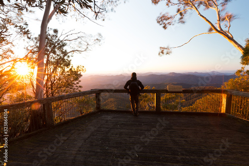 Man with vast mountain view from lookout at sunrise in Australia Fototapet