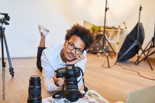 Obraz junger Fotograf als Fotostudent mit digitaler Kamera - fototapety do salonu