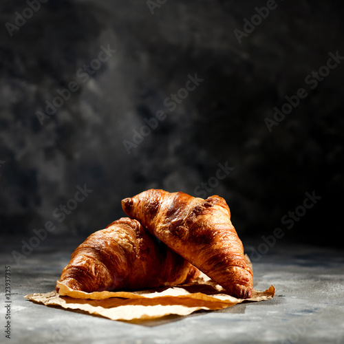 Fotografia Fresh croissant on dark mood background and copy space for your product