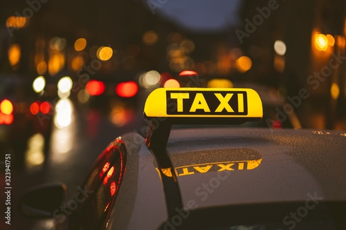 Photo Taxi sign on car during night