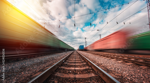 Fotografía railway on which trains move with speed and blur effect