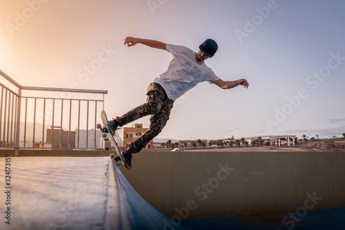 joven skater haciendo un truco llamado 5-0 en rampa Canvas Print