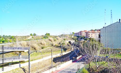 Estación de trenes y puente peatonal sobre las vías del tren en Piera, Barcelona Wallpaper Mural