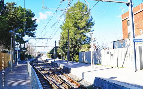 Photo Estación de trenes y puente peatonal sobre las vías del tren en Piera, Barcelona