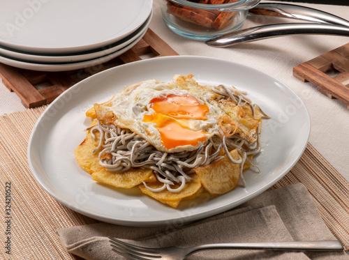 Cuadros en Lienzo huevos rotos con gulas