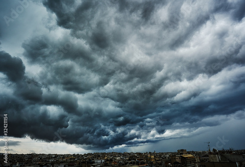 Foto Dark clouds before the storm; thick clouds hovering over a city