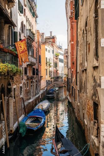 Fotografía Boats in narrow canal between ancient houses, Venice, Italy
