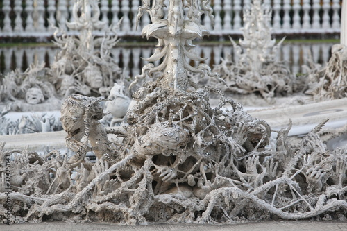 Foto Demons, fantasy creatures in Wat Rong Khun (White Temple) in Chiang Rai (Thailand)