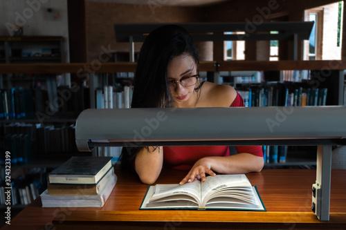Photo Mujer joven leyendo un libro