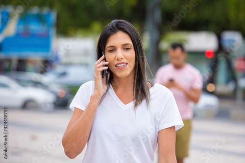 Photo Focused young woman talking on smartphone