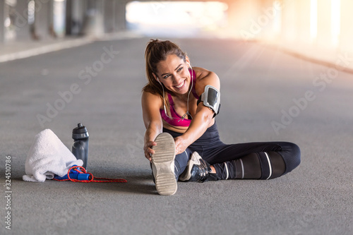 Fotografía Fitness sport girl in fashion sportswear doing yoga fitness exercise in the street, outdoor sports, urban style